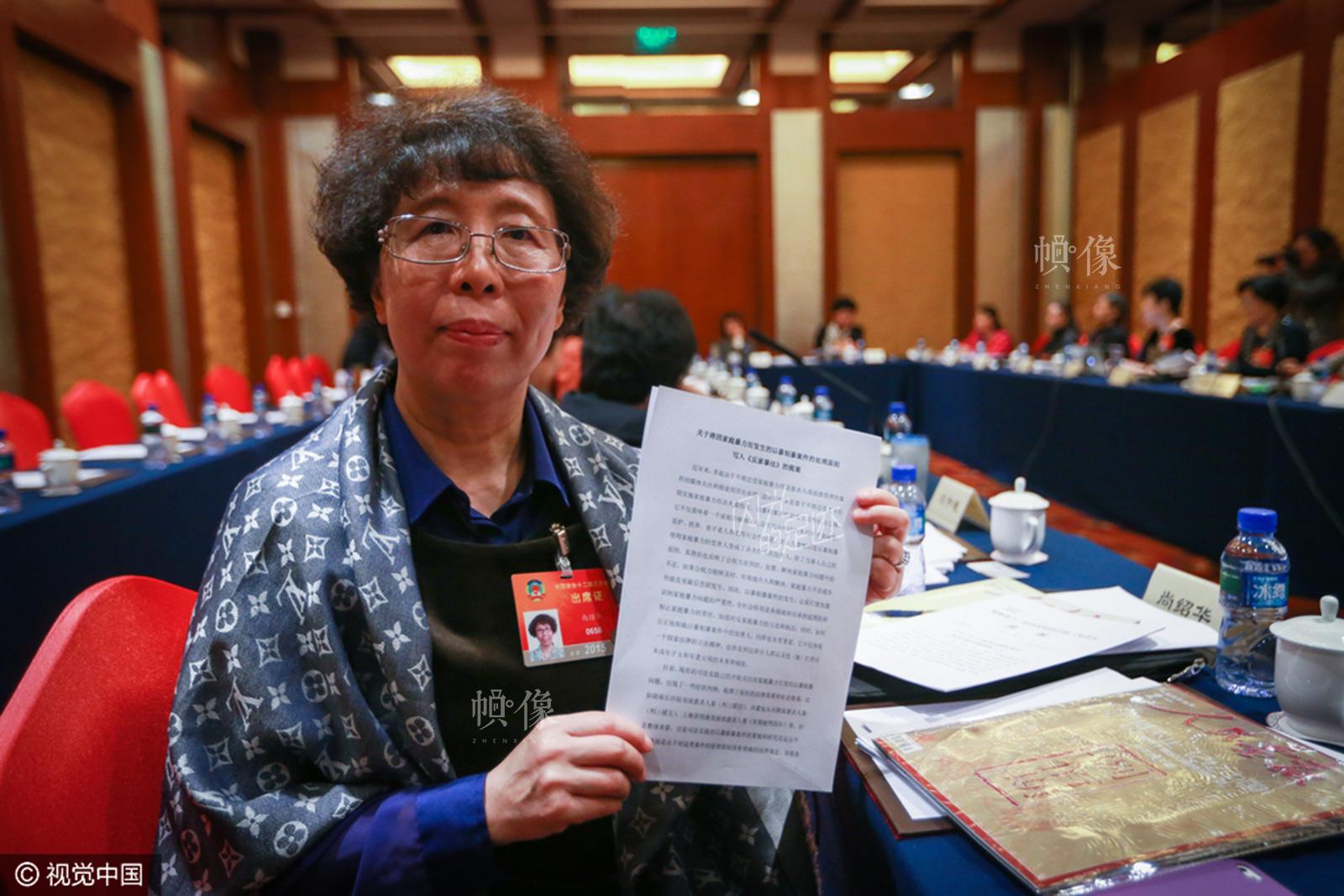 """2015年3月6日,北京市,全国政协委员尚绍华带来""""关于将因家庭暴力而发生的以暴制暴案件的处理原则写入《反家暴法》的提案""""。她之前曾7次带来关于""""尽快制定《家庭暴力防治法》""""的提案,多年来一直坚持不懈地推动""""家庭暴力""""立法。(视觉中国)"""