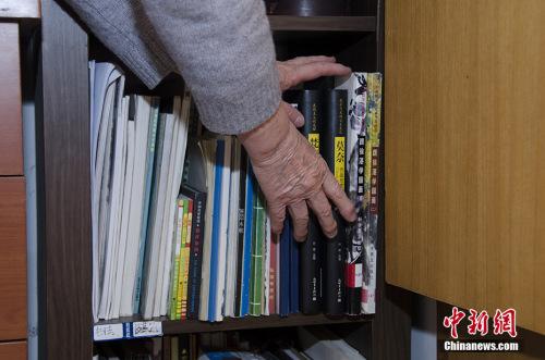资料图:绘画班一开课就受到老年人欢迎。中新网记者 翟璐 摄