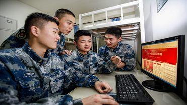 """空军某导弹营组织官兵学习""""两会""""精神"""