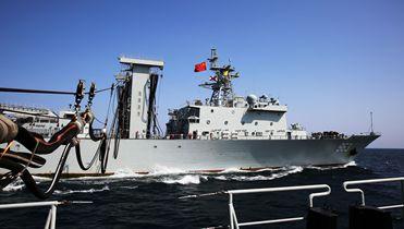 海军第25批护航编队进行航行补给