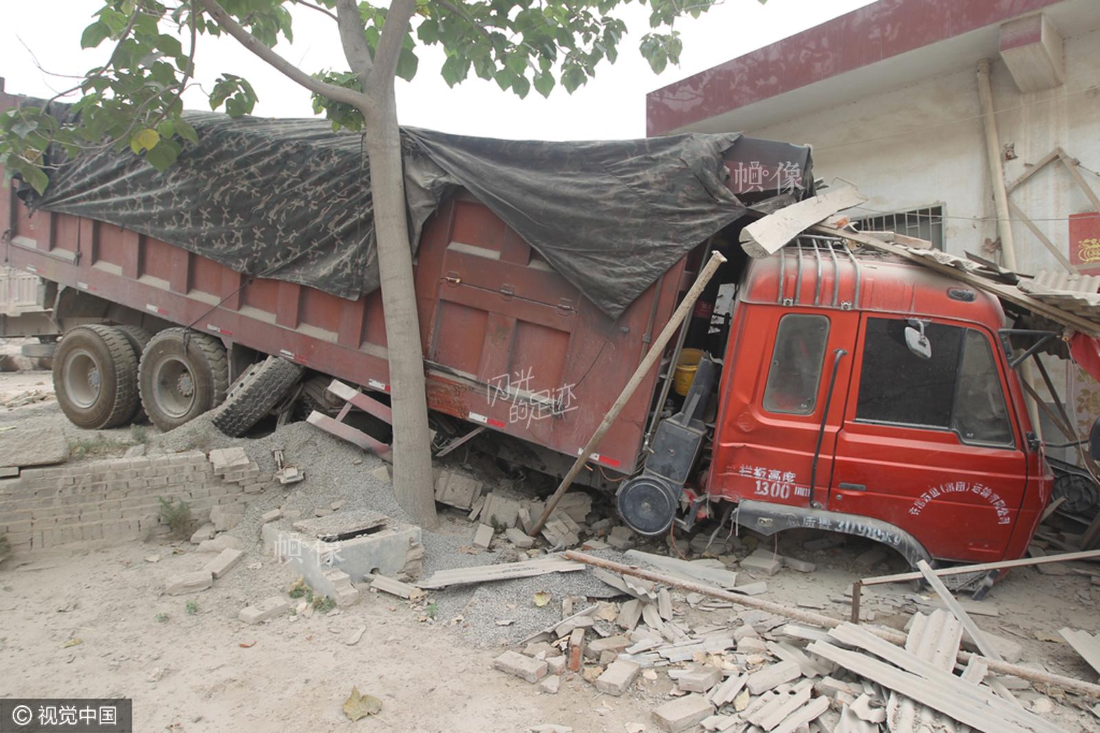 2014年6月16日,河南省禹州市浅井镇扒村林山路口,一辆超载运送石料的货车撞上民房。视觉中国