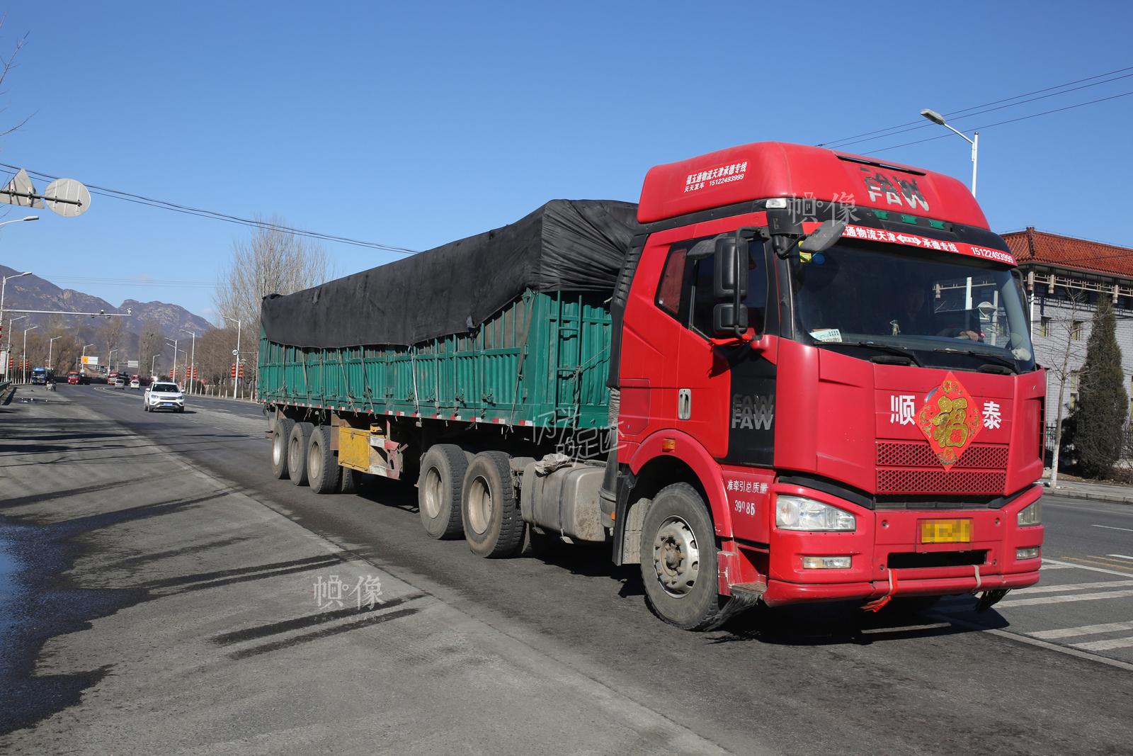 图为从河北方向进入北京的大型货车。中国网记者 焦源源 摄