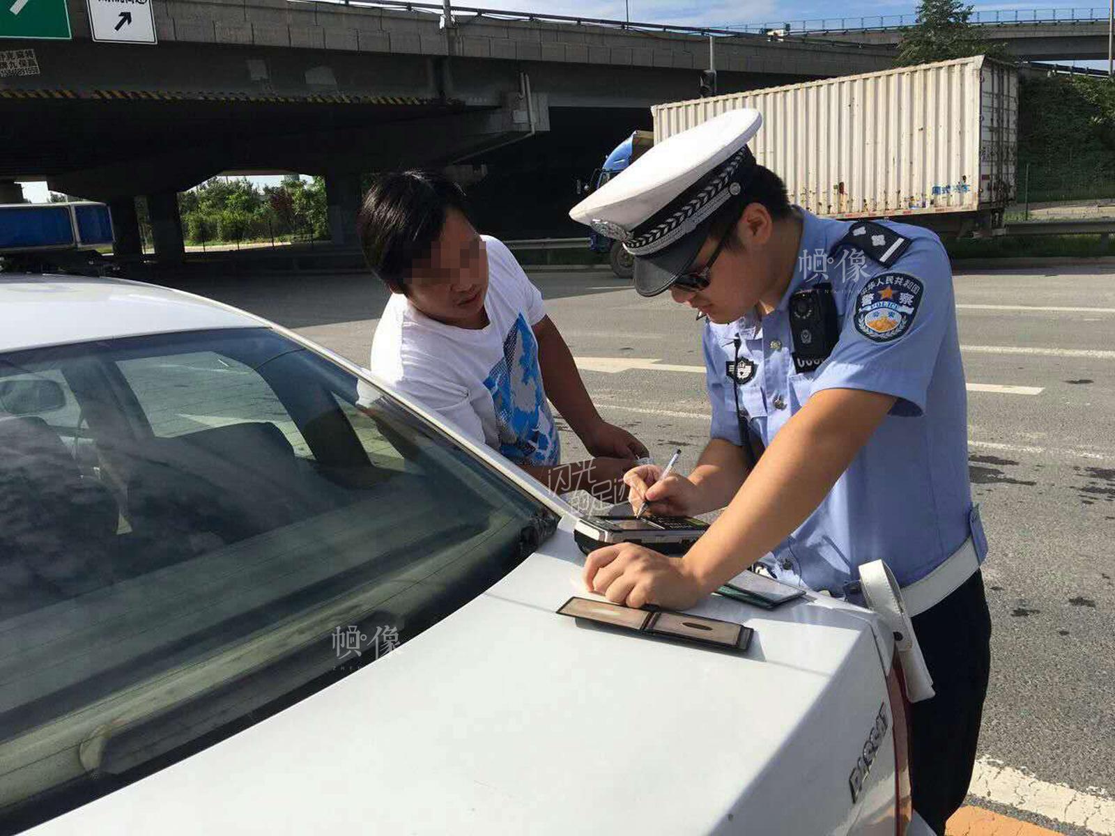 2015年7月5日,交警在北京五环内化工桥整顿货车,小货车违法闯禁行。(北京交管局朝阳支队劲松大队供图)