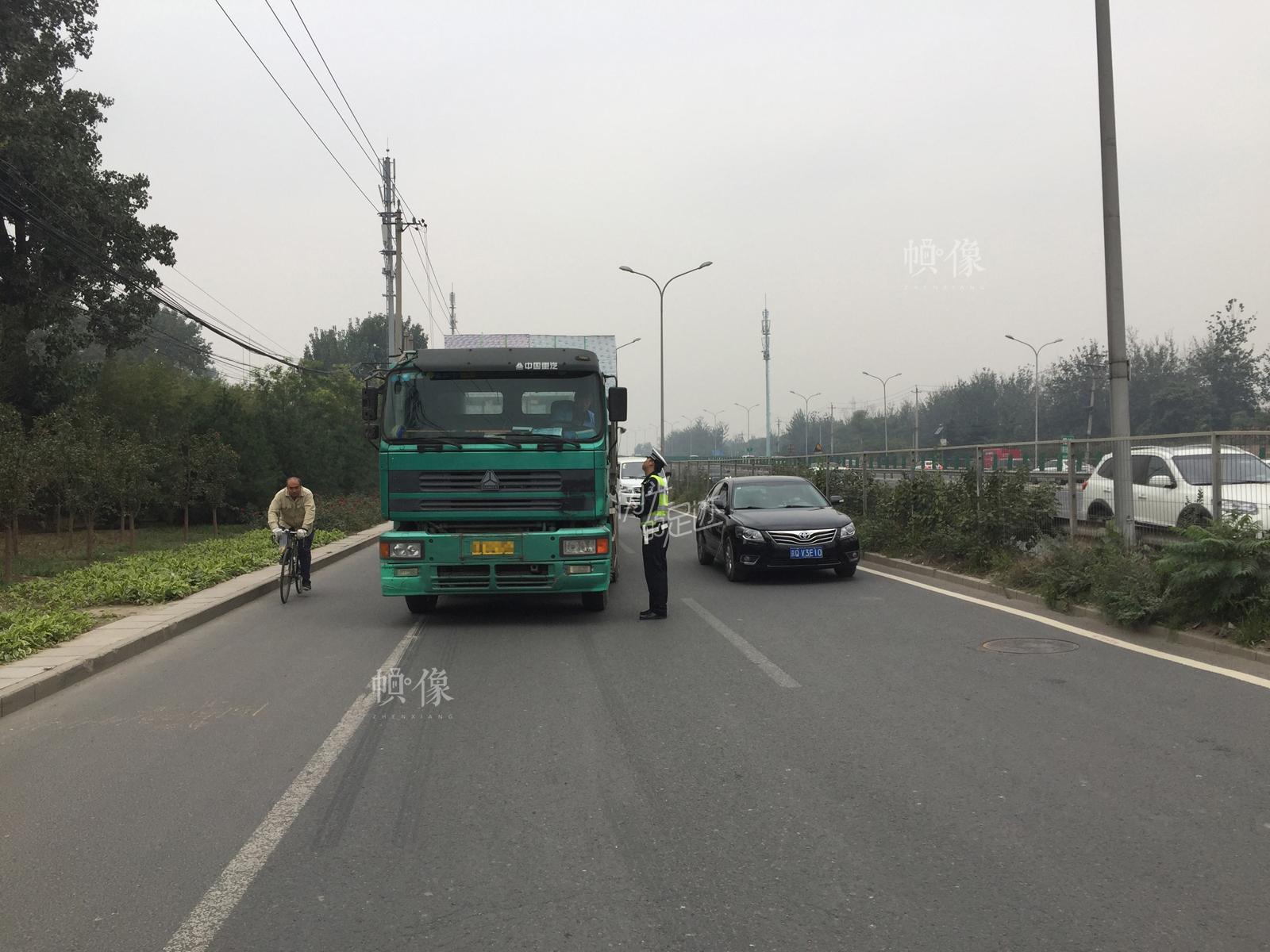 2016年10月15日,五环内京哈辅路,交警在整顿货车时发现有货车违法闯禁行。(北京交管局朝阳支队劲松大队供图)