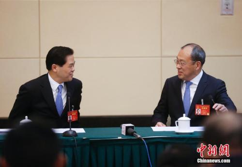 3月7日,十二届全国人大五次会议云南代表团举行全体会议。图为云南省委书记陈豪(左)与云南省长阮成发在交谈。中新社记者 杜洋 摄
