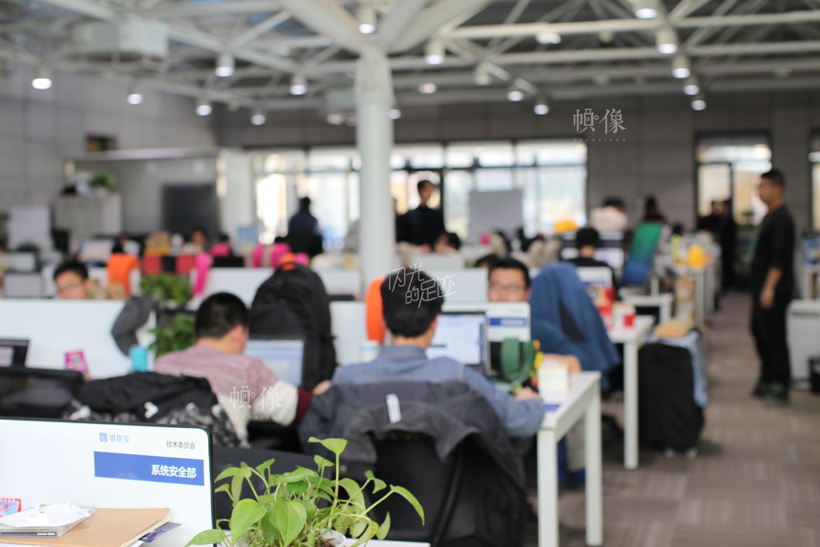 在一向注重信息安全的借贷宝公司,系统安全部是至关重要的部门。图为公司系统安全部员工日常上班。中国网记者-赵超-摄