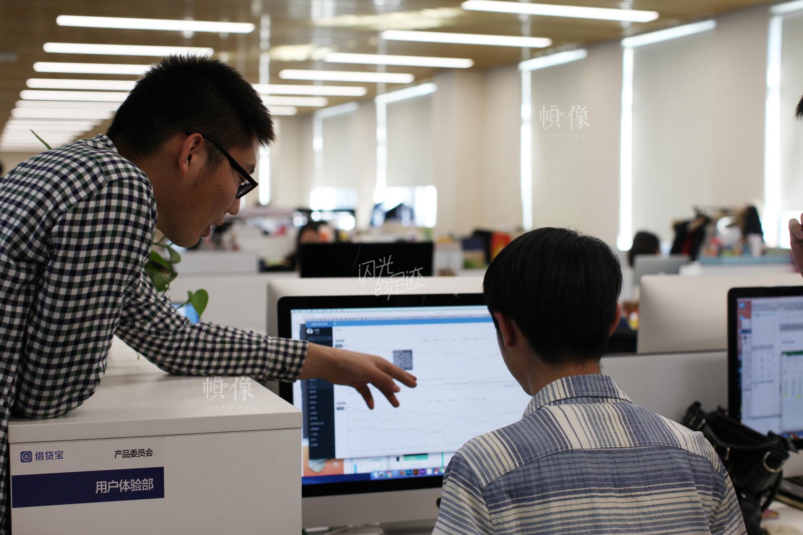 为了保证用户的良好体验,借贷宝公司成立了用户体验部。图为公司用户体验部员工在讨论工作。中国网记者-赵超-摄