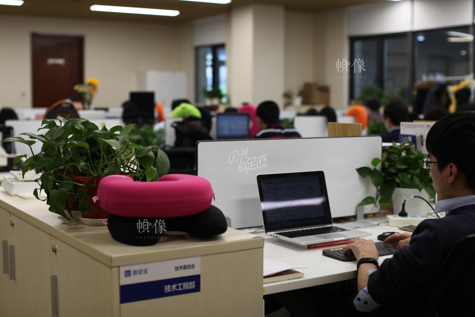 技术工程部每天承担着公司技术核心的工作。图为公司技术工程部员工日常上班。中国网记者-赵超-摄