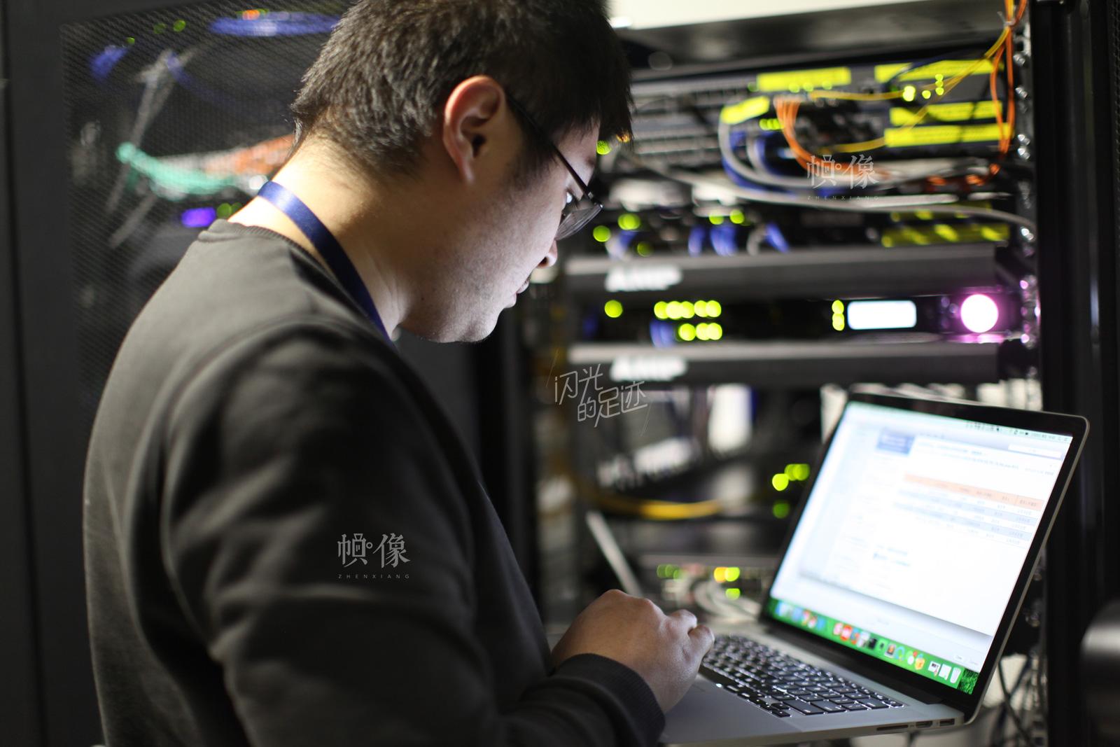 借贷宝公司的机房承担了全公司数据的存储和电力设备的供应,是全公司的核心区域。图为公司员工在检查机房设备。中国网记者-赵超-摄2