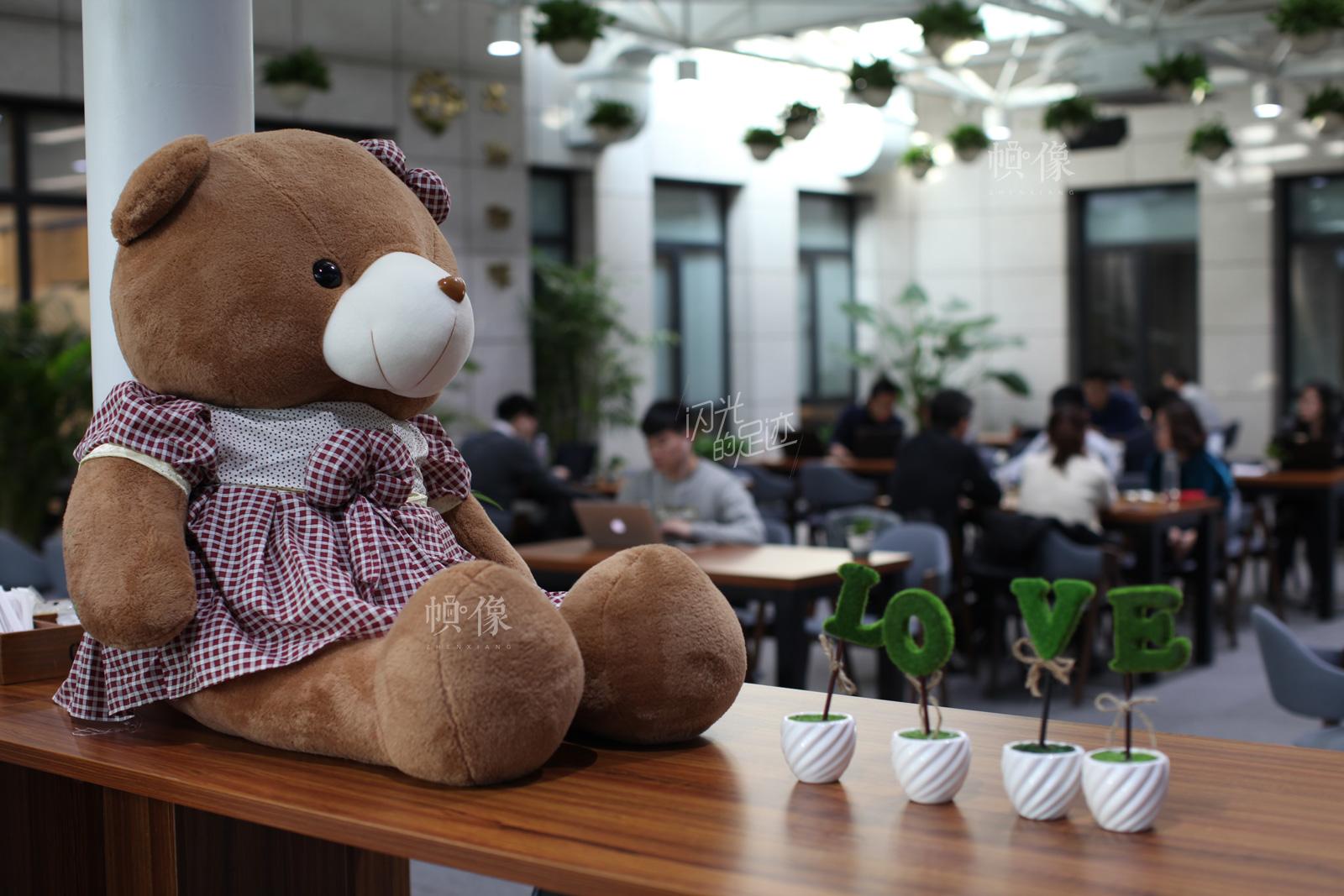 借贷宝公司内部的咖啡厅是公司一大特色,员工可以来这里讨论工作,也可以单纯的只是来喝杯咖啡小憩一下。咖啡厅管理者为了营造温馨的气氛,在桌上摆上了动物熊的玩偶。中国网记者-赵超-摄