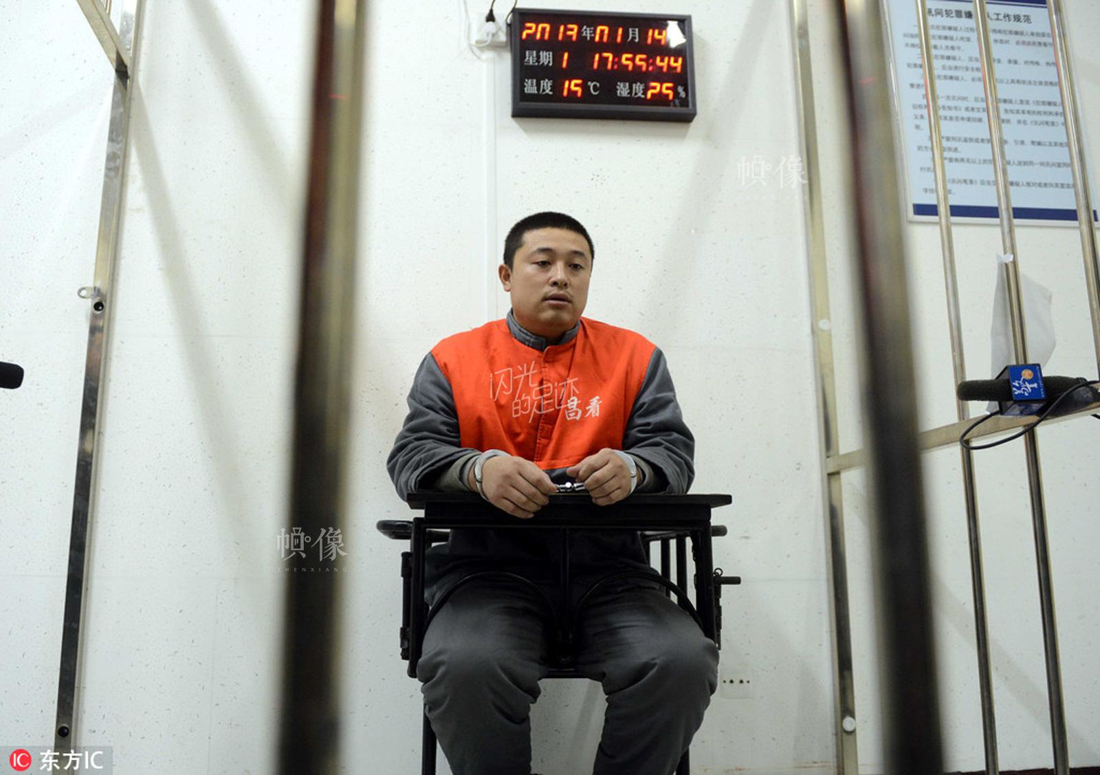 """2013年1月14日,公安部组织全国21个省区市公安机关开展""""12.5""""专案收网行动,抓获侵害公民个人信息的嫌犯1152名。图为被抓获的宅急送员工黄某。东方IC"""