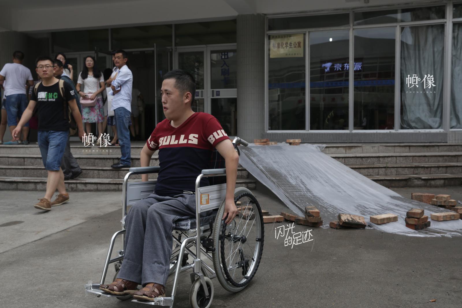 2015年8月31日,陕西西安,西北大学,李坤阳的宿舍和教室都被安排在一楼,有台阶的地方全部设置了无障碍通道,尽量避免了上楼梯。(视觉中国)