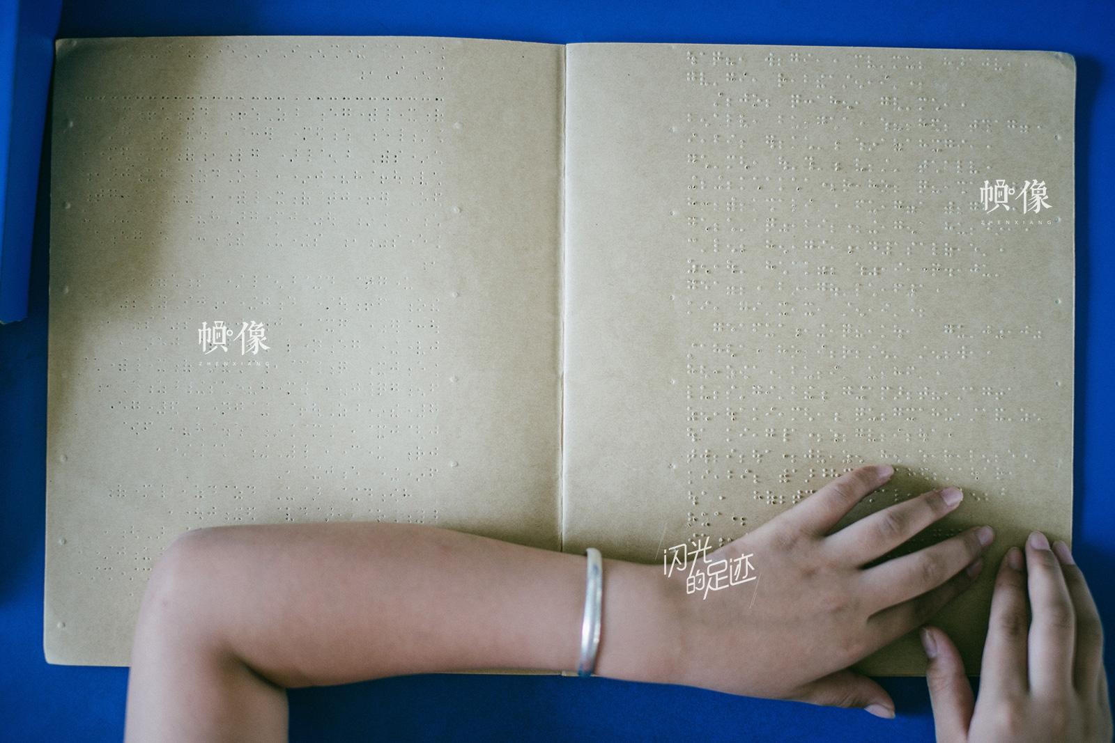 2016年05月26日,广东省惠州市,盲文的书写工具和健全人的一样,是用以记录文字的。目前,我国大多数盲人使用的盲文书写工具是盲文字板和盲文字笔。这些书写工具给盲人带来了很多便利。(视觉中国)