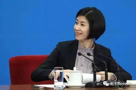 2012年总理记者会,张璐担任翻译。图片来自新华网。
