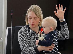 欧洲议会女议员抱娃出席投票 工作逗娃两不误
