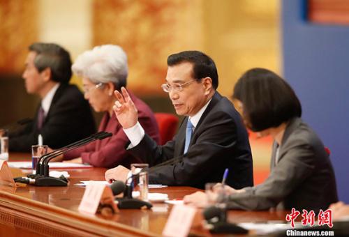 """李克强""""单刀直入""""答记者 """"由外而内""""说中国"""