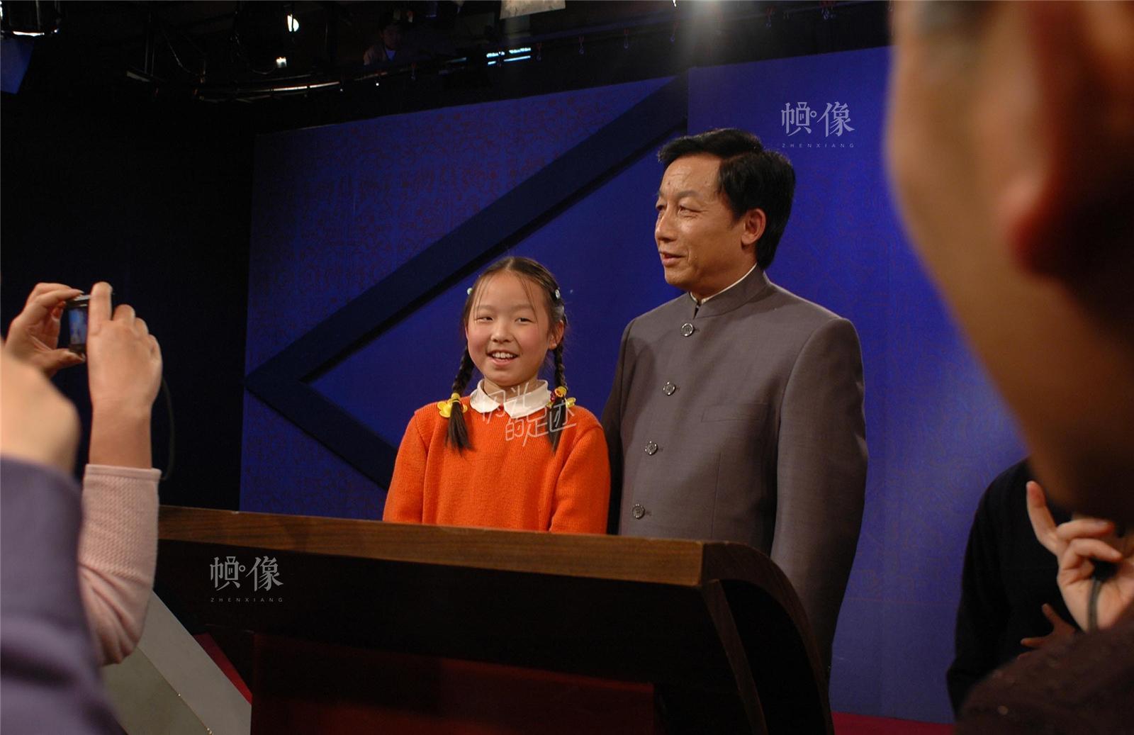 """2006年4月3日,北京,央视《百家讲坛》于当年初推出了由厦门大学易中天教授主讲的大型系列节目《易中天品三国》,易先生的说史风格引起广大观众强烈反响,他们自称""""意粉""""、""""乙醚"""",在全国范围内掀起了一股三国热。视觉中国"""