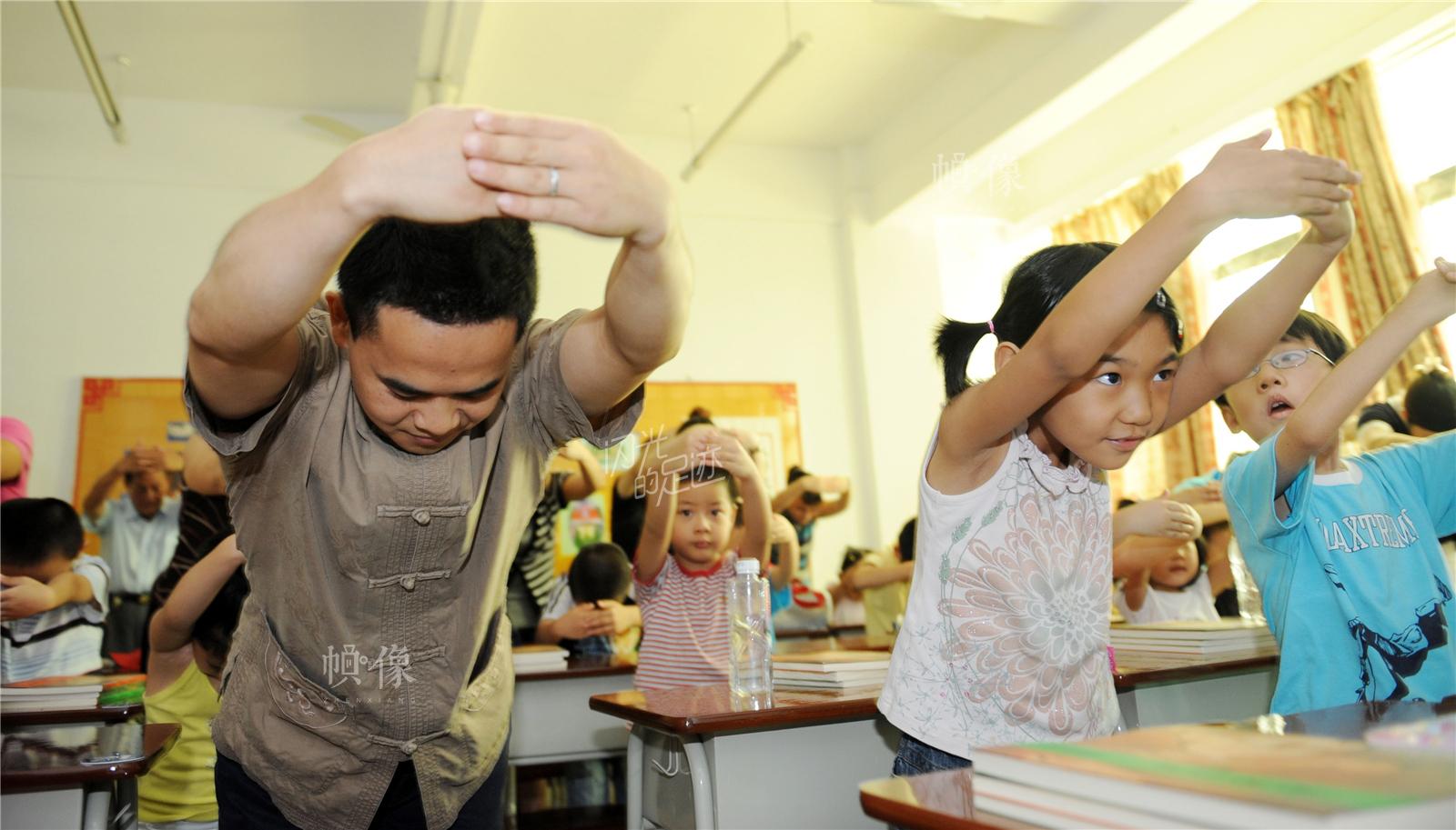 2009年7月4日,厦门市青少年宫暑期培训首个授课日,国学班上,国学老师教幼儿园孩子学孔子礼仪,拱手作揖拜师。东方IC