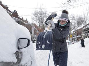"""加拿大降雪超60厘米 民众挖雪堆""""找汽车"""""""