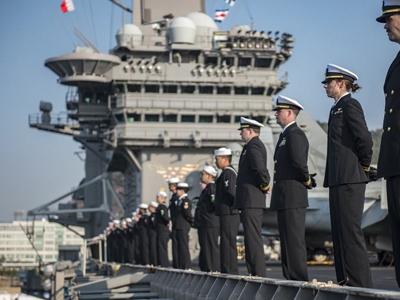 军情24小时:美航母抵达釜山港 行站坡礼节