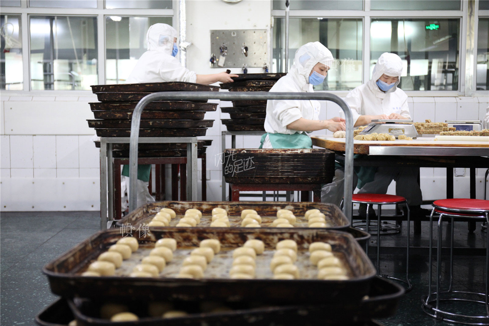 2017年3月2日,北京稻香村生产加工车间,工人正在手工制作糕点。中国网记者 高南 摄