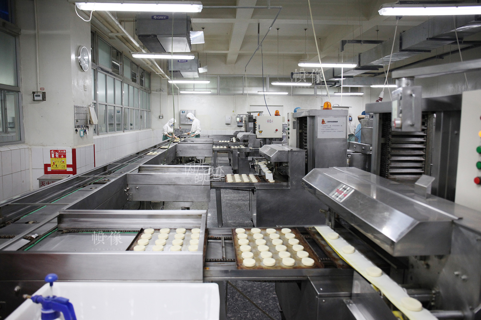 2017年3月2日,北京稻香村生产加工车间,工人正在进行机械化作业,不仅保证产品质量,更提高了生产效率。中国网记者 高南 摄