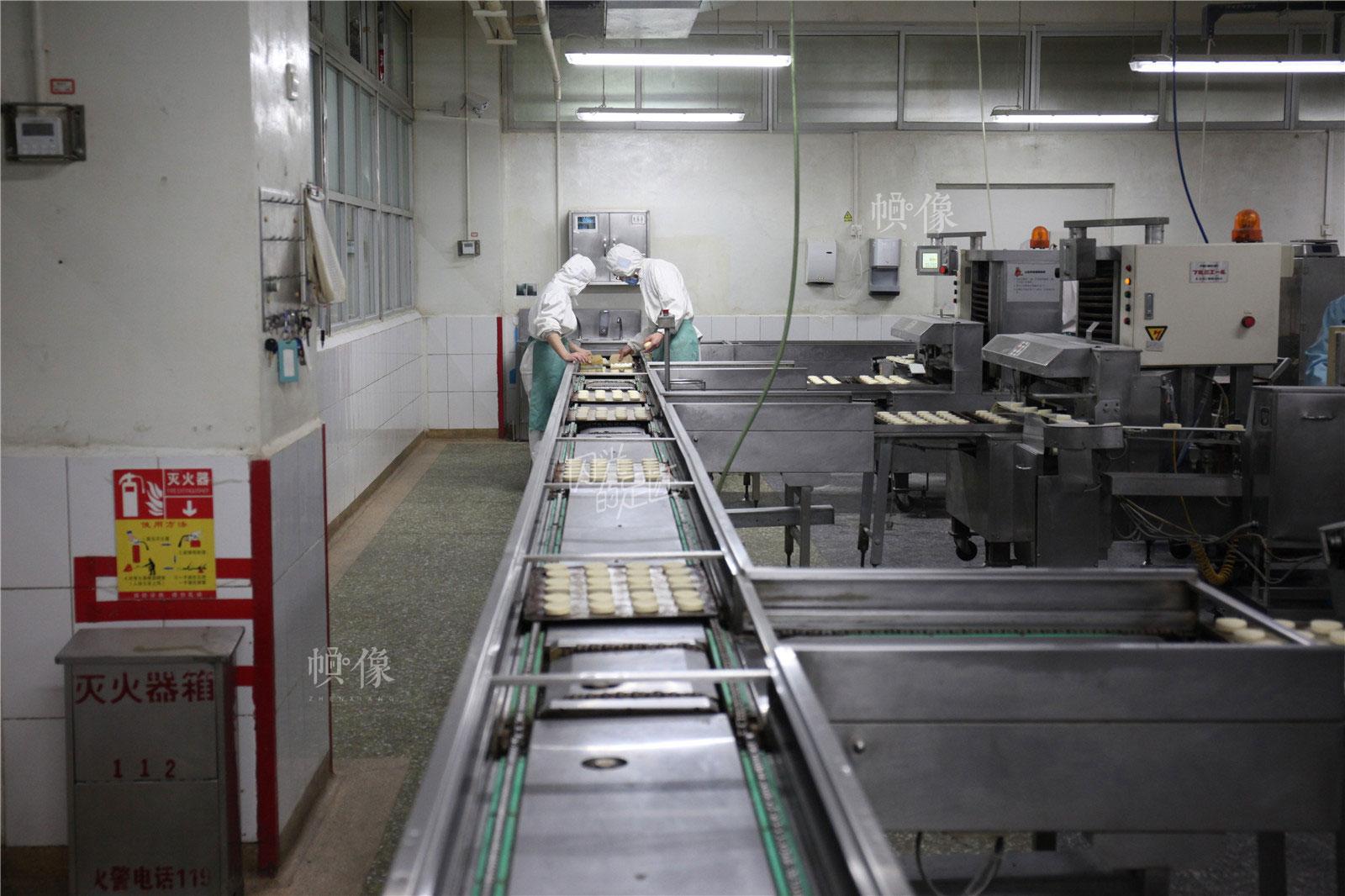 2017年3月2日,北京稻香村生产加工车间,手工制作好的糕点上流水线。中国网记者 高南 摄