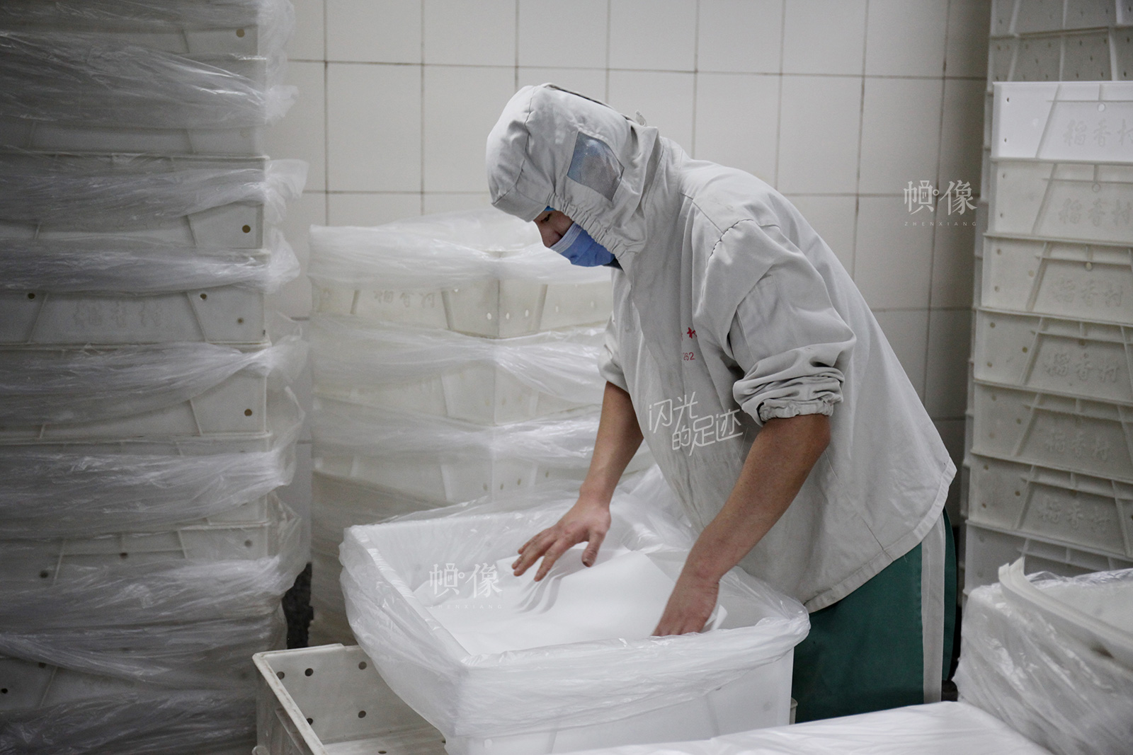 2017年3月2日,北京稻香村生产加工车间,工人正在为包装箱进行包装。中国网记者 高南 摄