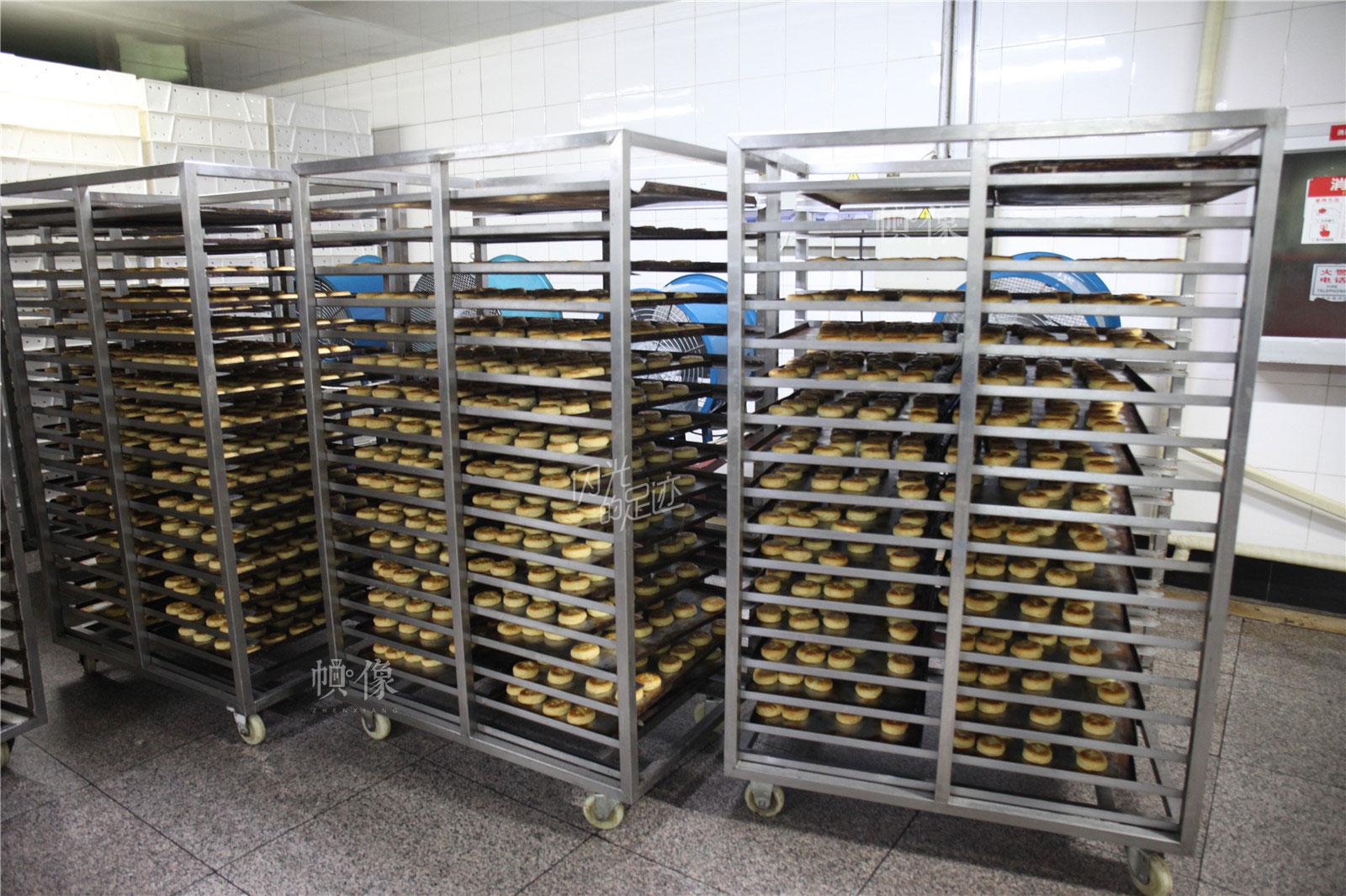 2017年3月2日,北京稻香村生产加工车间,放置糕点的架子上摆满制作好的糕点。中国网记者 高南 摄