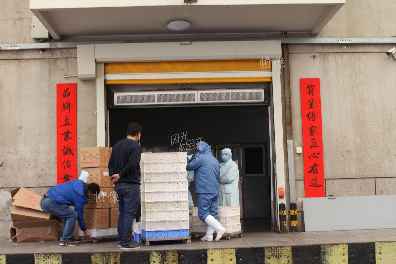 2017年3月2日,北京稻香村生产加工车间,制作好的糕点装箱运输到各个售卖点。中国网记者 高南 摄