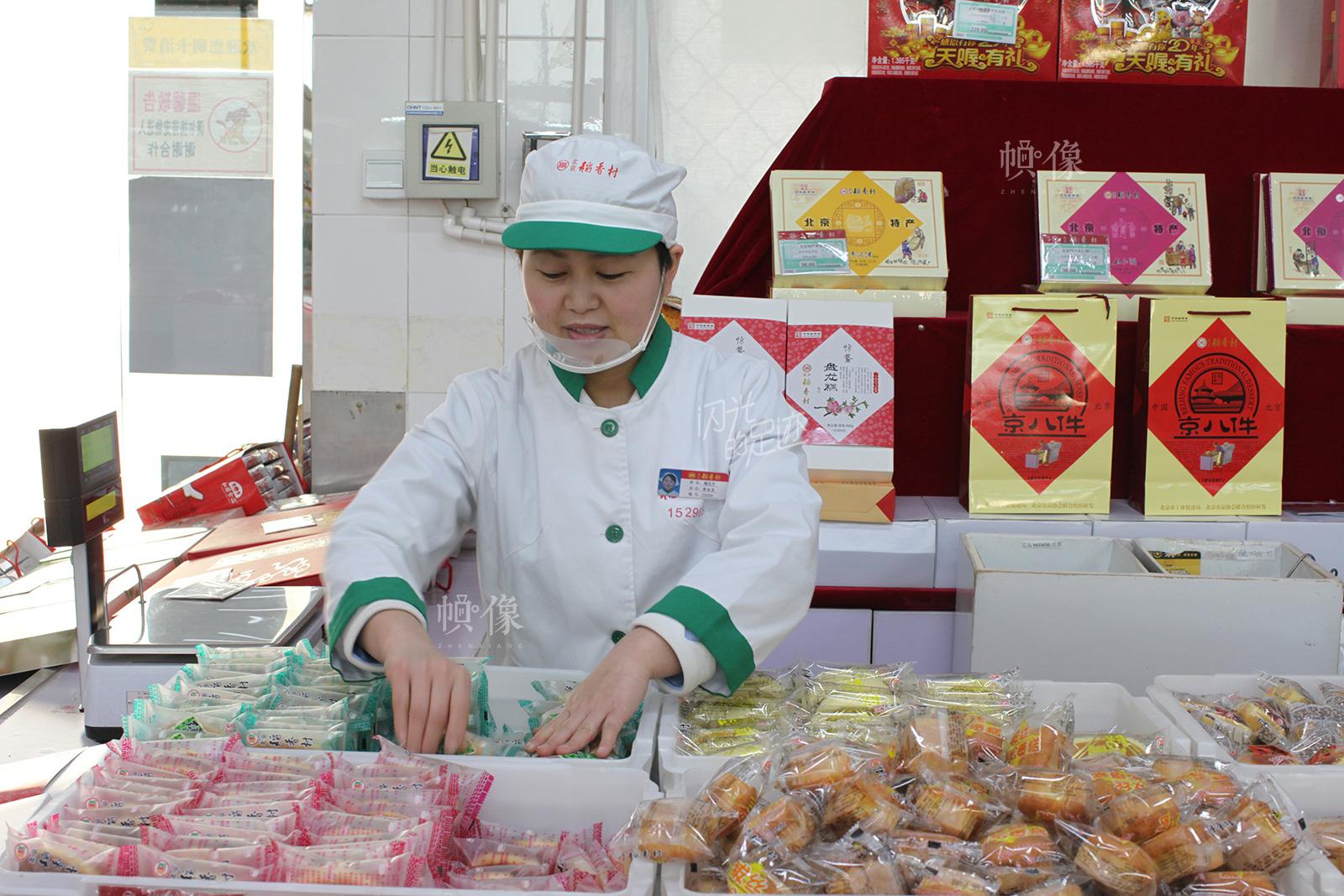2017年3月2日,稻香村第三十二营业部,销售人员正在进行食品整理。中国网记者 高南 摄