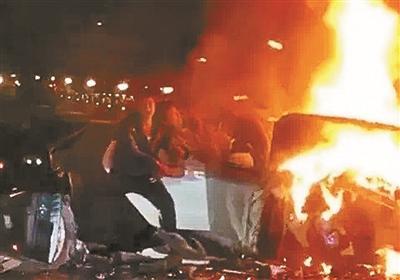 退役消防员南昌救火 从起火轿车内拽出三人