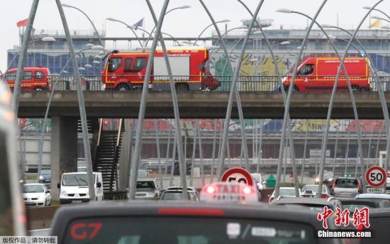 一男子在巴黎奥利机场袭击军警,后被击毙。图为巴黎当局应急车辆赶往奥利机场。