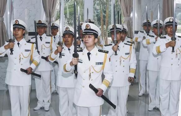 中国海军举行授剑仪式气势逼人