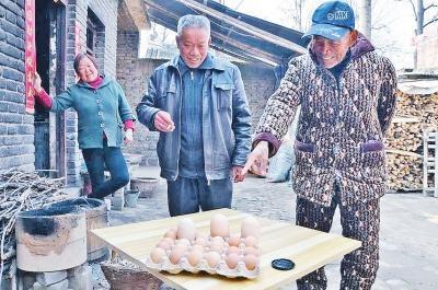"""李大妈家的""""超级大鸡蛋""""比普通鸡蛋要大很多"""