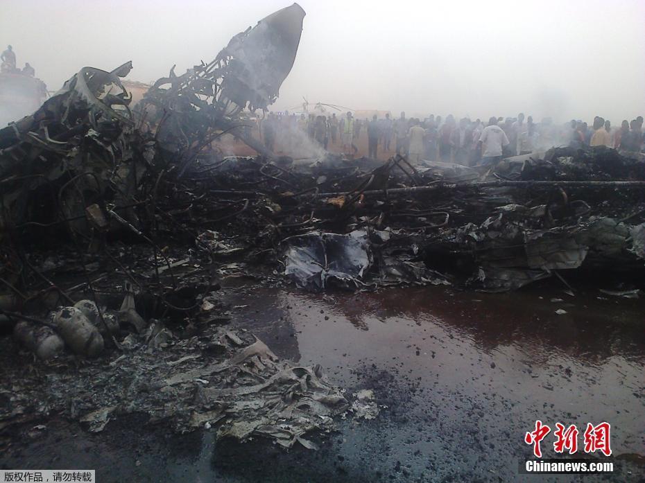 南苏丹一架小型客机着陆时失事 飞机被烧成空壳