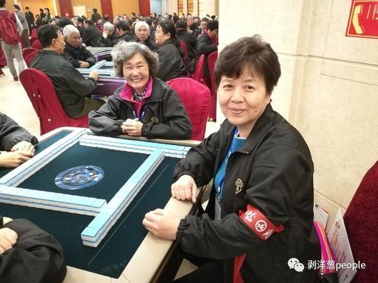 比赛第一天,王桂英(右一)提前半个小时就在赛场准备。