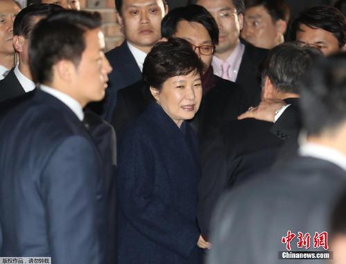樸槿惠被彈劾下臺後,離開青瓦臺返回私宅。