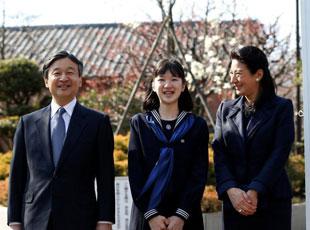 日本爱子公主参加毕业典礼 太子太子妃陪同
