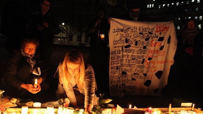 伦敦民众烛光集会悼念恐怖袭击遇难者
