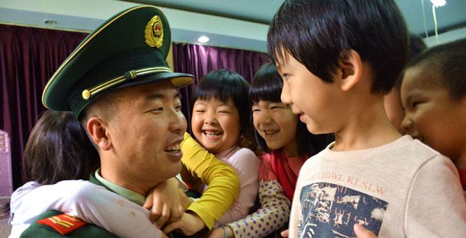 海警官兵与小萌娃成最佳CP