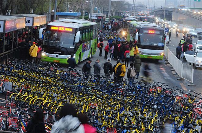 北京上千共享单车围住公交车站