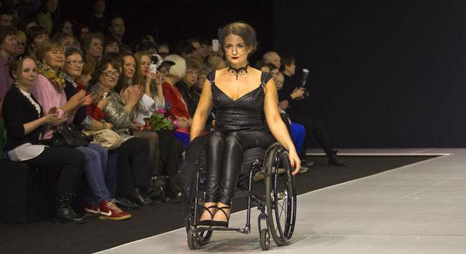"""莫斯科举办""""轮椅模特""""时装秀"""