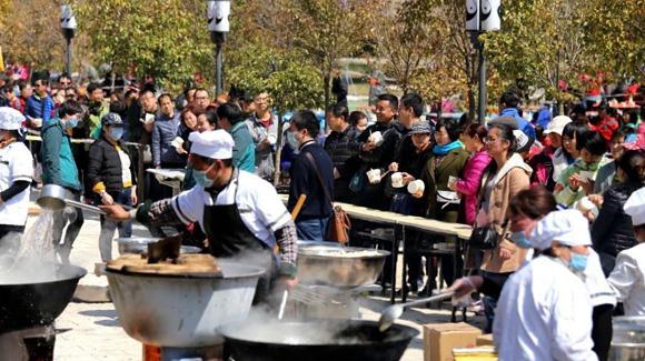 河南王屋山提供免费饺子 三千游客排队等候