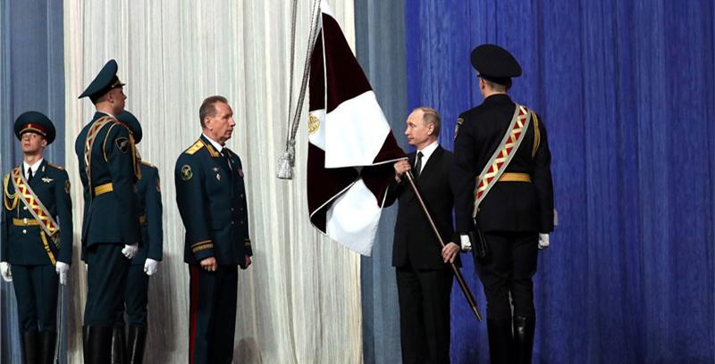 俄国民近卫军庆祝首个节日 普京授旗