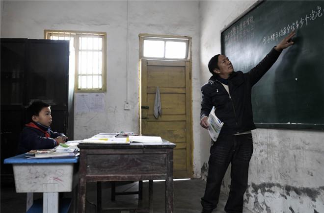 重庆綦江一学校剩一位学生 老师兼任厨师