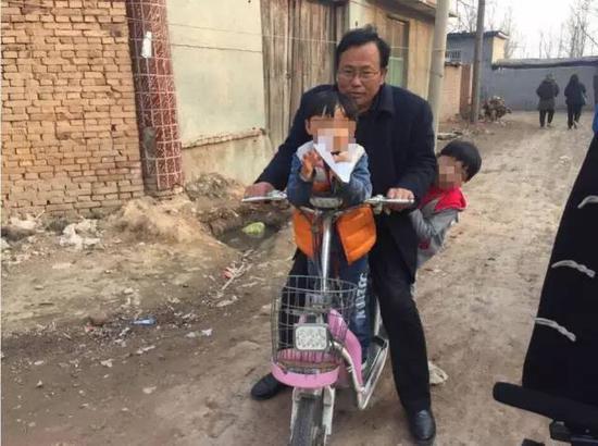 杜志浩的父親杜洪章用電動車接送兩個孩子