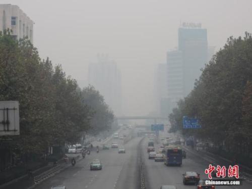 资料图:郑州城区笼罩灰霾。韩章云 摄