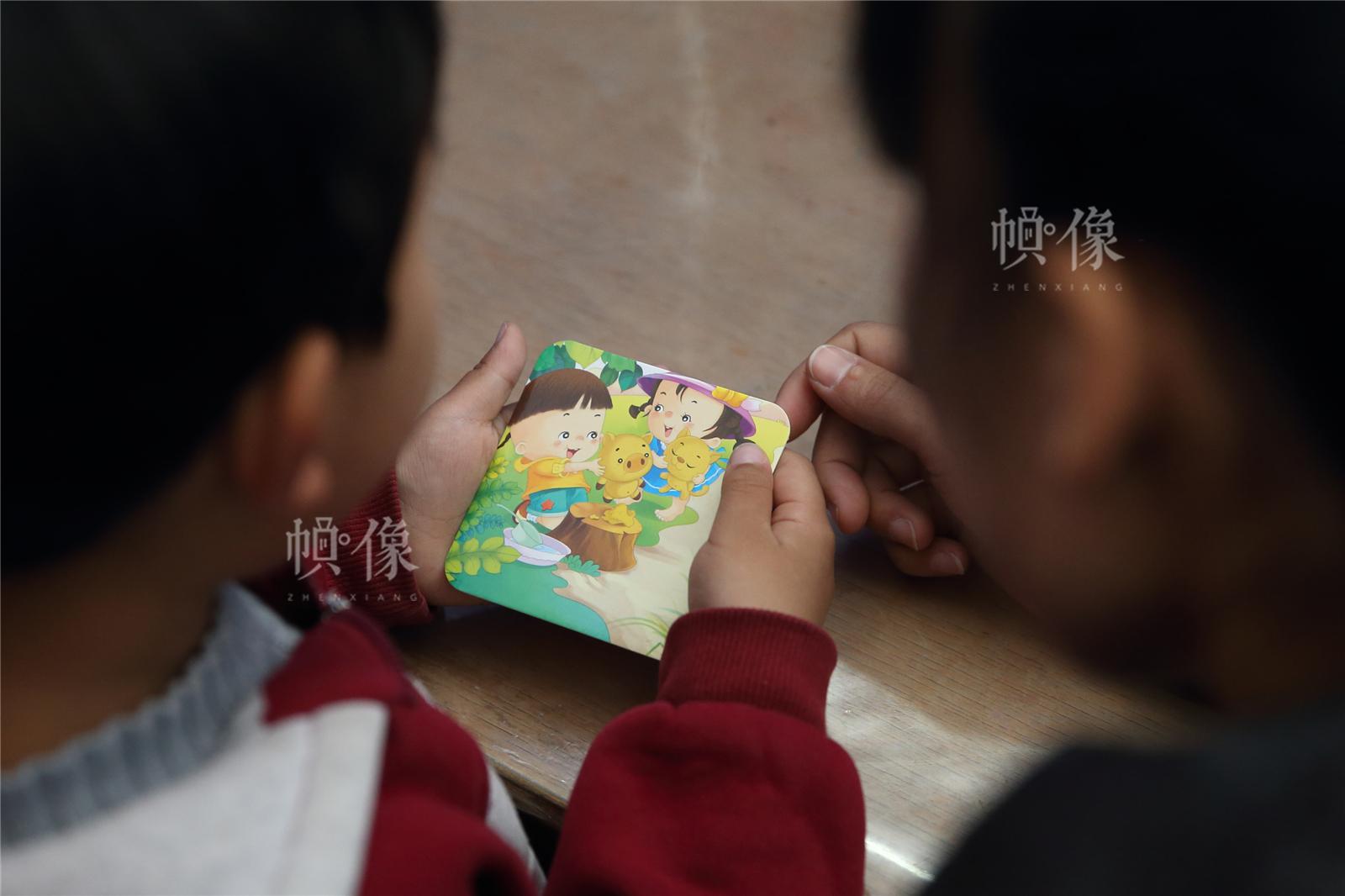 2017年3月27日,北京星星雨教育研究所,5岁的自闭症孩子源源在母亲的陪伴下,进行看图讲故事训练。中国网记者陈维松 摄