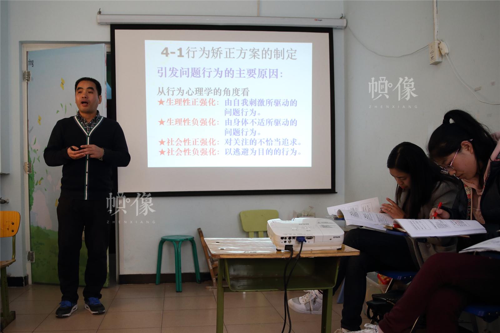 2017年3月27日,北京星星雨教育研究所,青少部主任吴良生在培训新老师。中国网记者陈维松 摄